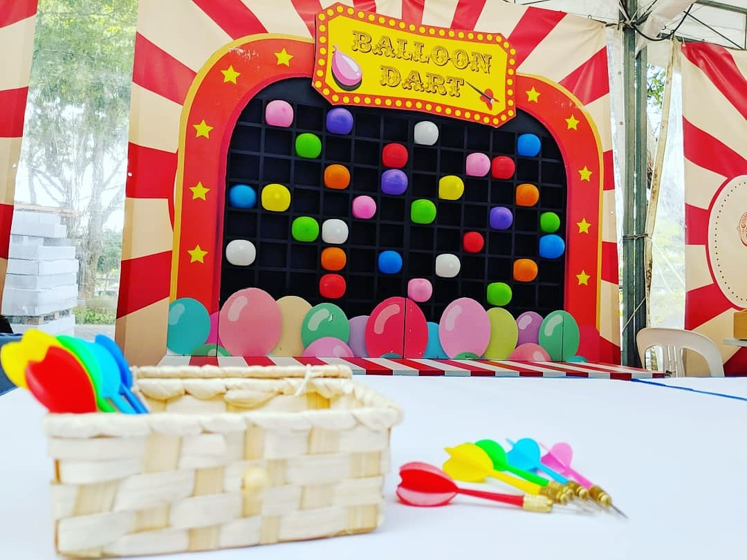 Pop the balloons with darts! Win prizes by popping the most number of balloons!