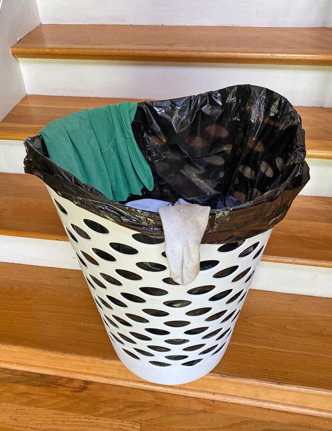 在洗衣篮里放一个简单的垃圾袋,有助于保护护理人员不感染COVID-19冠状病毒。