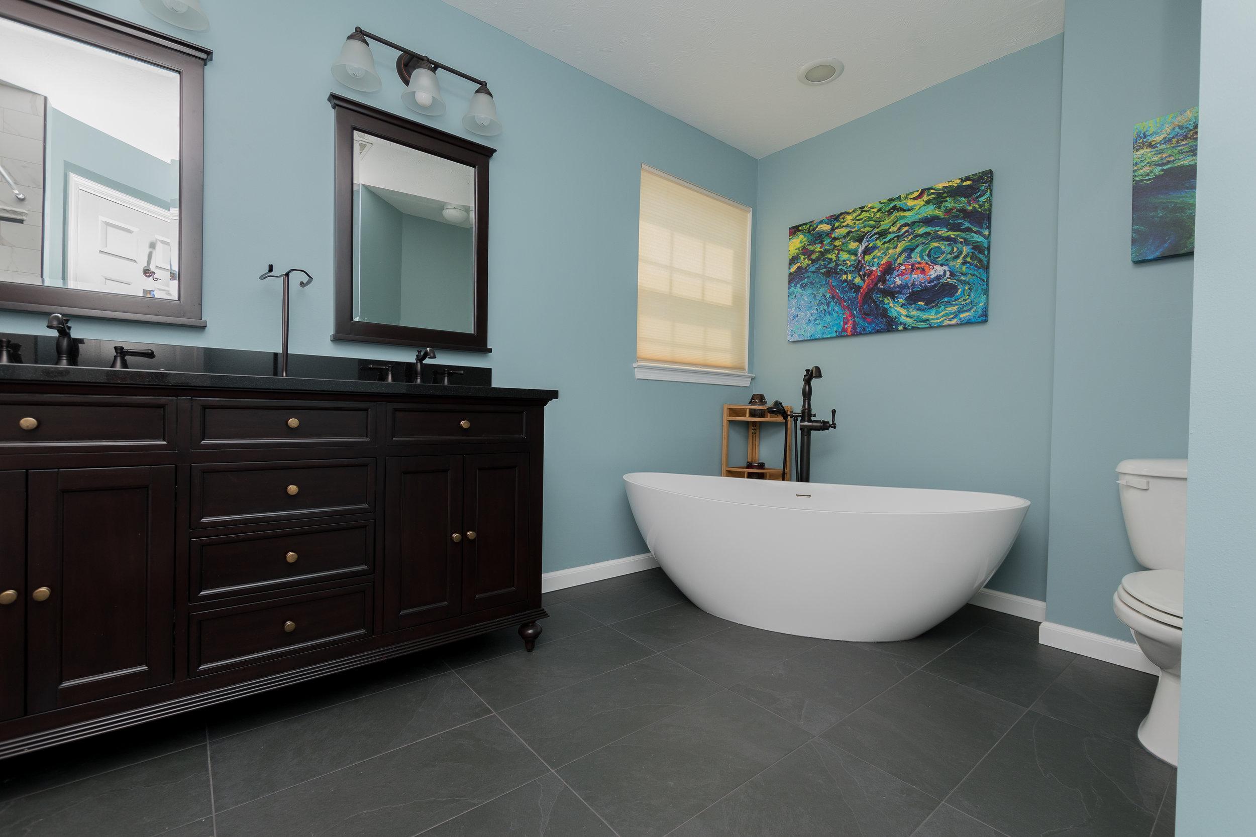 Vanity tub and toilet.jpg