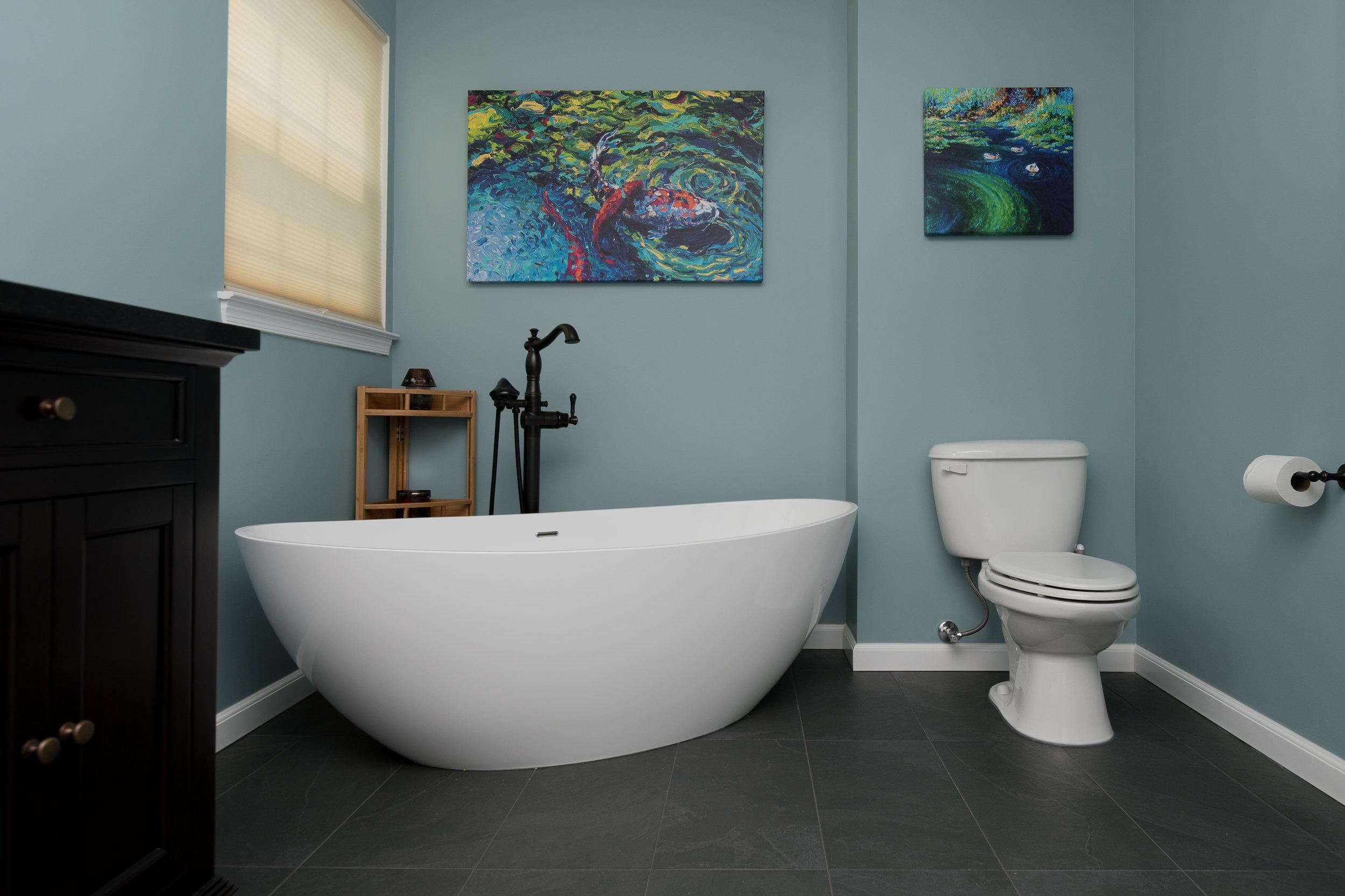 Tub and toilet.jpg