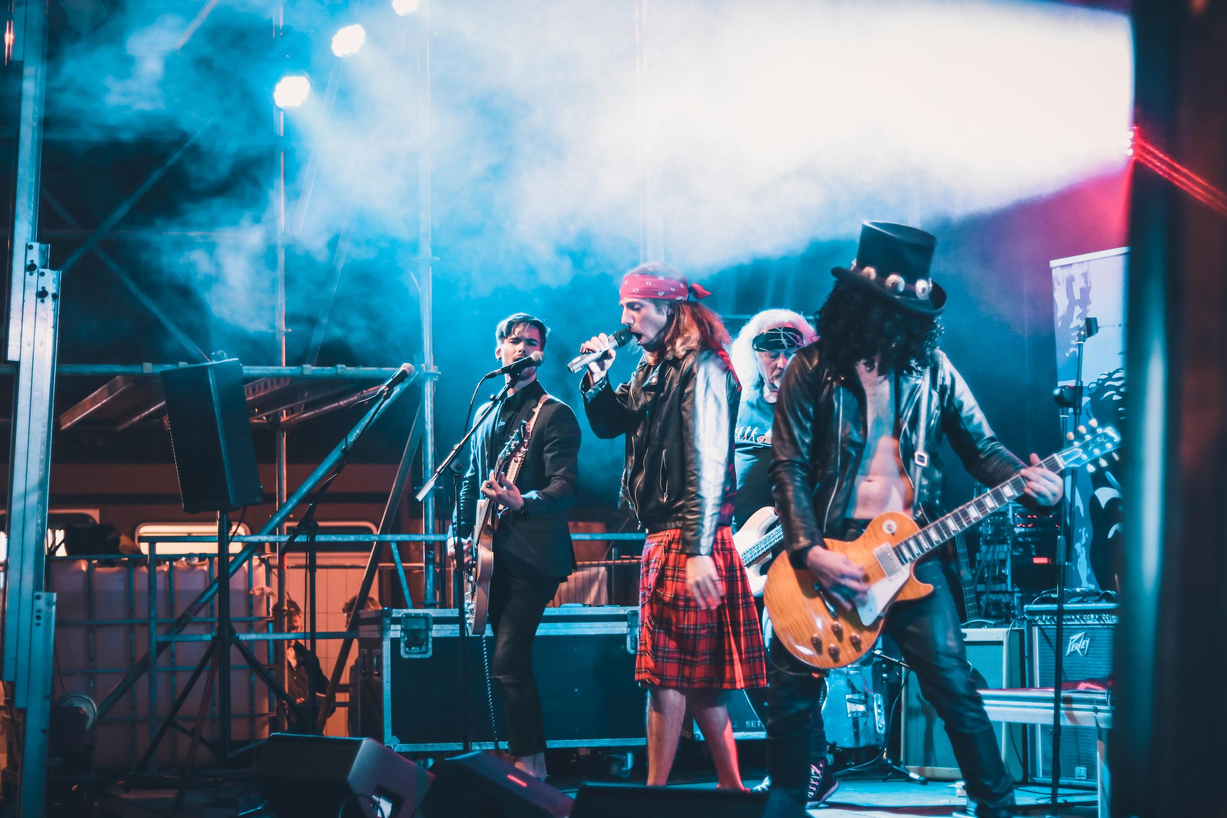 22:30 GUNZ N' ROZES (NL) - Al 15 jaar zijn ze de gevaarlijkste, best klinkende en meest realistische Guns N' Roses tributeband van Europa. Dit bewezen ze vijf jaar geleden ook al op Bizonrock. Een reden te meer om hen op deze jubileumeditie opnieuw te vragen.