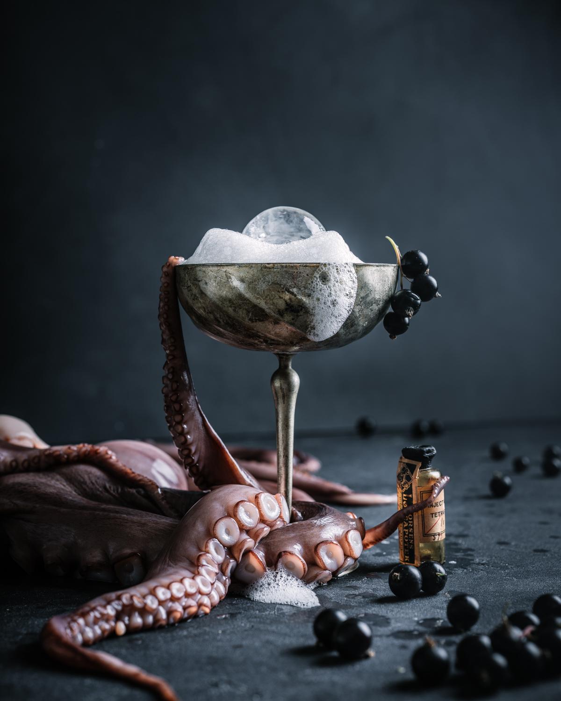 Octopus drink fredag mats dreyer fotofraf oslo produkt drink whiskey rum dark food photography oslo norway