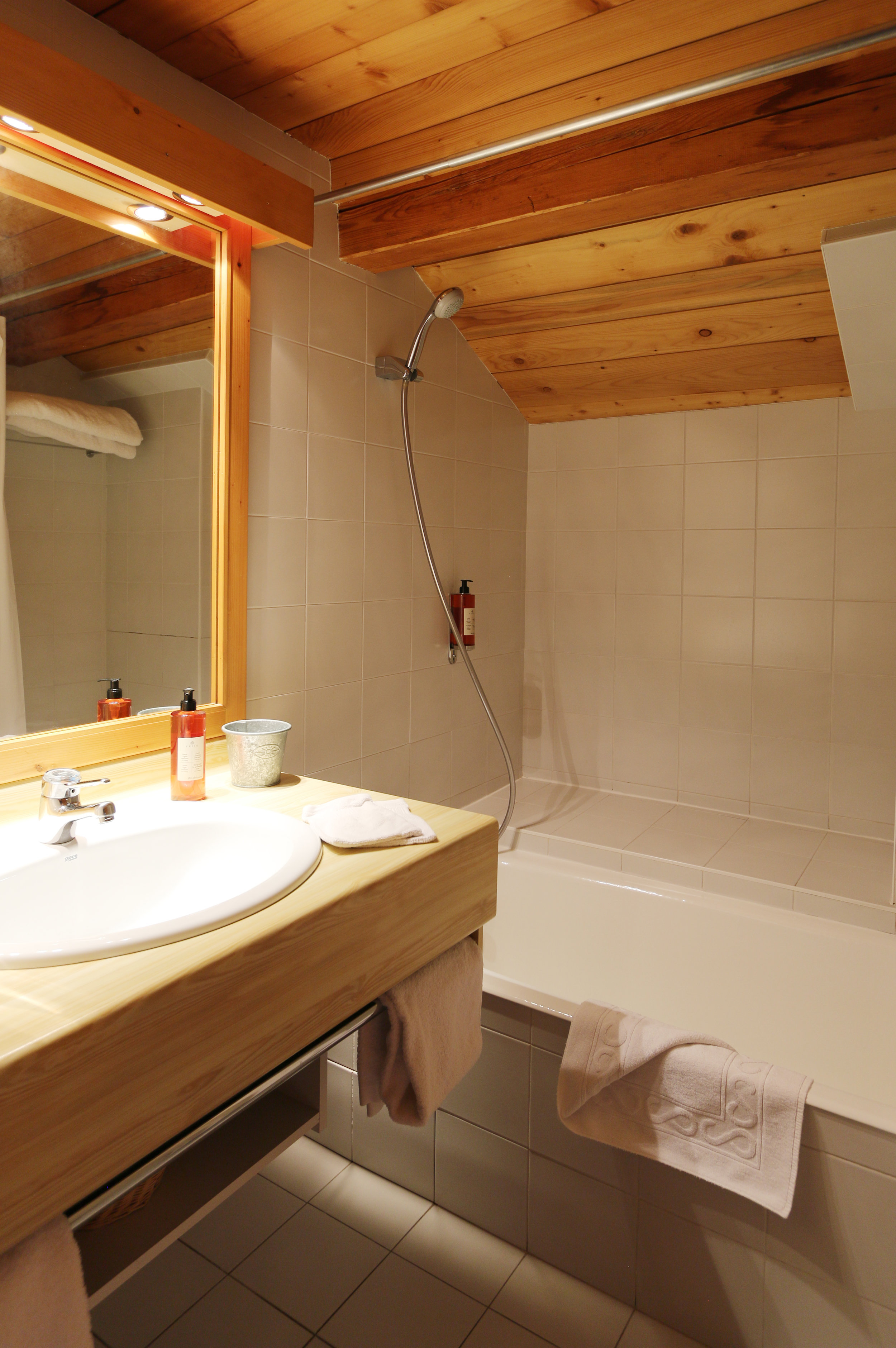Salle de bain séparée des toilettes