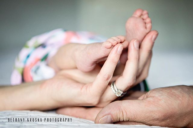Anyone want to hold my feet like this? #chicagonewbornphotographer #chicagoportraitphotographer #winnetkaphotographer #chicago #winnetka #amievendoingthesehashtagsright