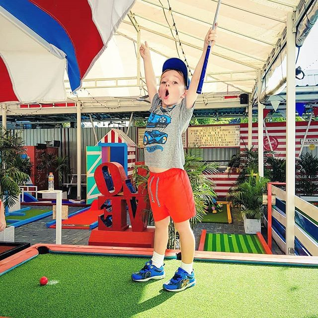 Kids Are Always Welcome To Come And Play ☀️⛳ #shootersbali . . . @natashakrahenbring  #littleone #bali #kids #minigolf #playing #gametime