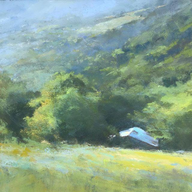"""""""La grange bleue"""", pastel sec sur pastelcard, 25x25 cm. Ce dialogue avec le lointain, dans un océan vert, a saisi mon regard. #florencepenouty #landscapepainter #paint #pastelpaintings #pyreneesorientales #contemporarypainter #landscapepaintings"""
