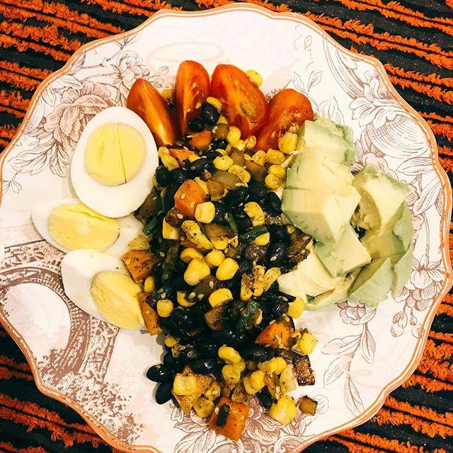 Recipee Tuesday. Quick morning equalizer!🥑🍅🥬🥒 🔹hard boiled egg 🔹cherry tomato 🔹avocado 🔹black beans 🔹corn 🔹peppers 🔹quinoa 🔹cilantro MANGIA!!! Ragazzi!