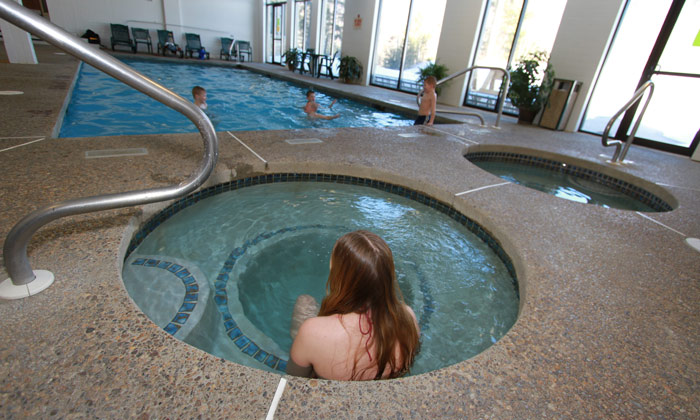 Indoor-hot-tube-and-pool-Golden-Eagle-Lodge