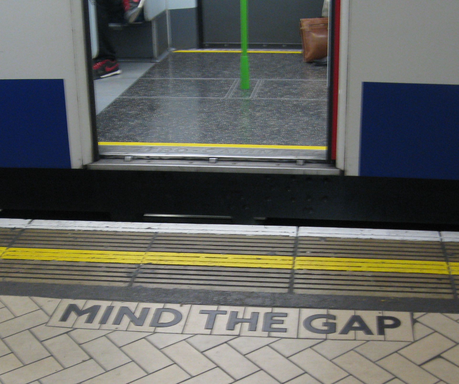 London Underground mind the gap.png