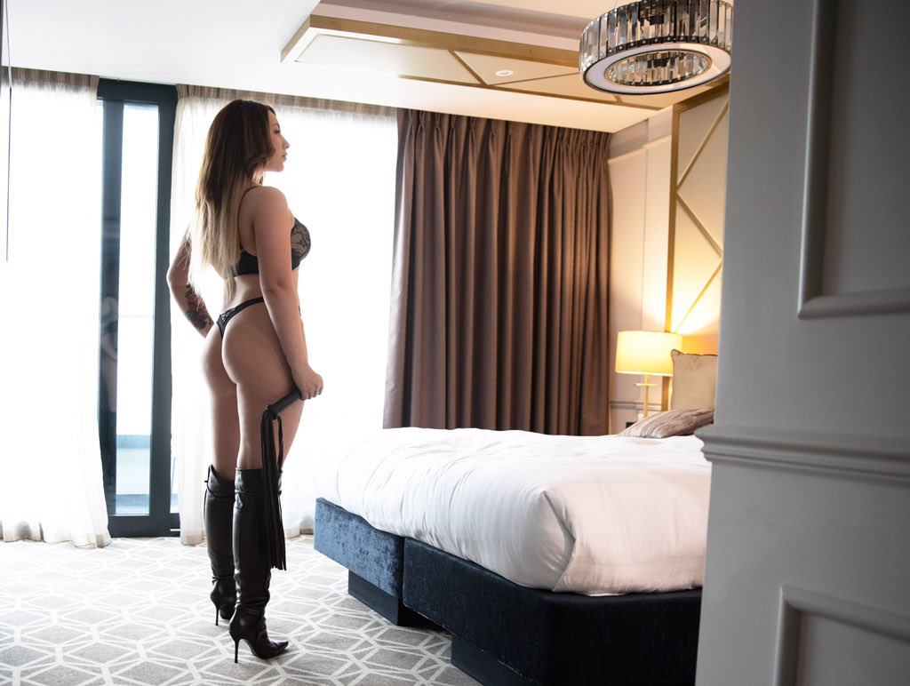 Vivienne Hardy:    Your coquettish courtesan, personal porn star and luxury GFE. With an almighty squat booty and a firm body to match she can look just as good in a bathrobe as she does in pair of thigh high leather boots. For a true lover of everything human body. Choose Vivienne.