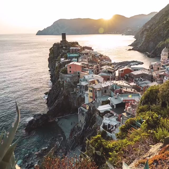 📍Vernazza, Cinque Terre, Italy. An easy destination to switch from any routine! I recommendthis destination also in automne and winter! 🍷⛰✈️🍾🍽🇮🇹👨‍🍳👌🏻#localtravellerofficial #travelguide 📷 by the talented @szatrasie #szatrasie _____________________________________ . . . #visititaly #ig_cinqueterre #cinqueterre #visitcinqueterre #cinqueterreitaly #liguriagram #liguria #italytrip #italy_bestplaces #italyplaces #timelapse #italyturism #italianholiday #wanderlust #worlderlust #earthfever #beautifuldestinations #wonderful_places #mybestcityshots #cbviews #livingeurope #travellingthroughtheworld #exploretocreate #exploreitaly #szatrasiewtrasie