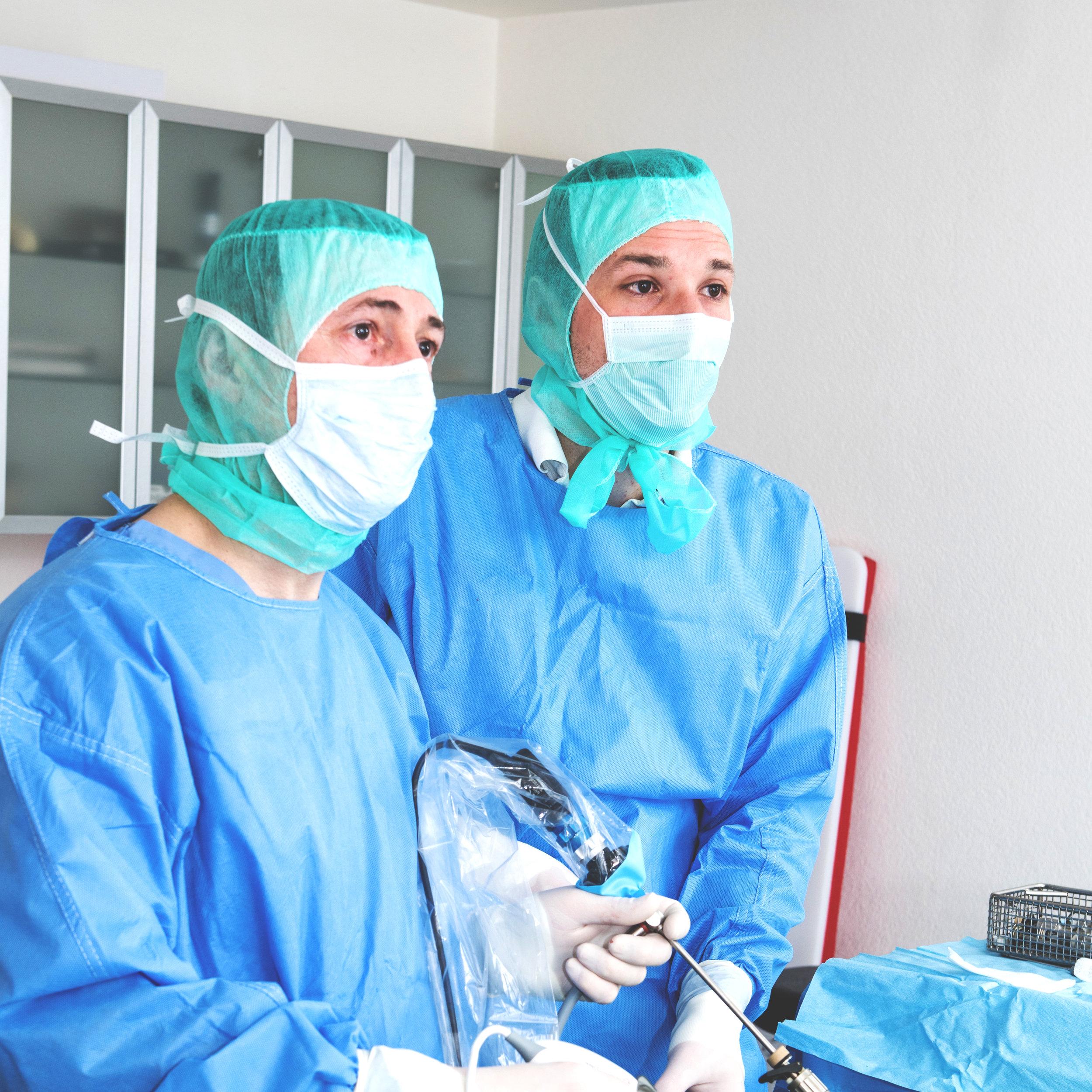 Chirurgie - In unserer Klinik führen wir Weichteiloperationen wie beispielsweise die Entfernung von Tumoren, Fremdkörpern oder Blasensteinen durch. Die endoskopische Kastration von Hündinnen gewinnt dabei zunehmend an Bedeutung. Im Rahmen der Knochenchirurgie versorgen wir Knochenbrüche, Kreuzbandrisse und andere Verletzungen.