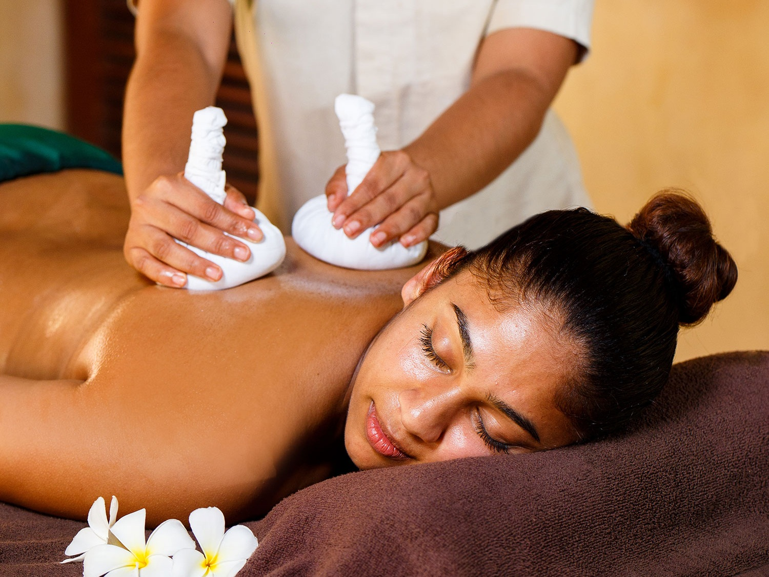 Complementary Ayurveda wellness treatment on a romantic Sri Lanka honeymoon holiday