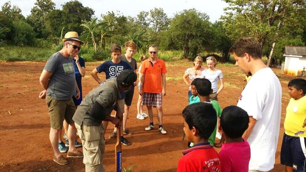Cricket+lesson+with+schoolchildren+sri+lanka