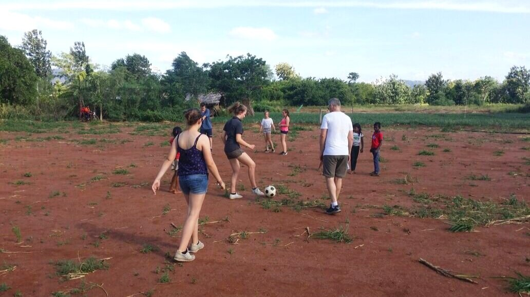 Soccer+with+school+children+near+Sigiriya+sri+lanka