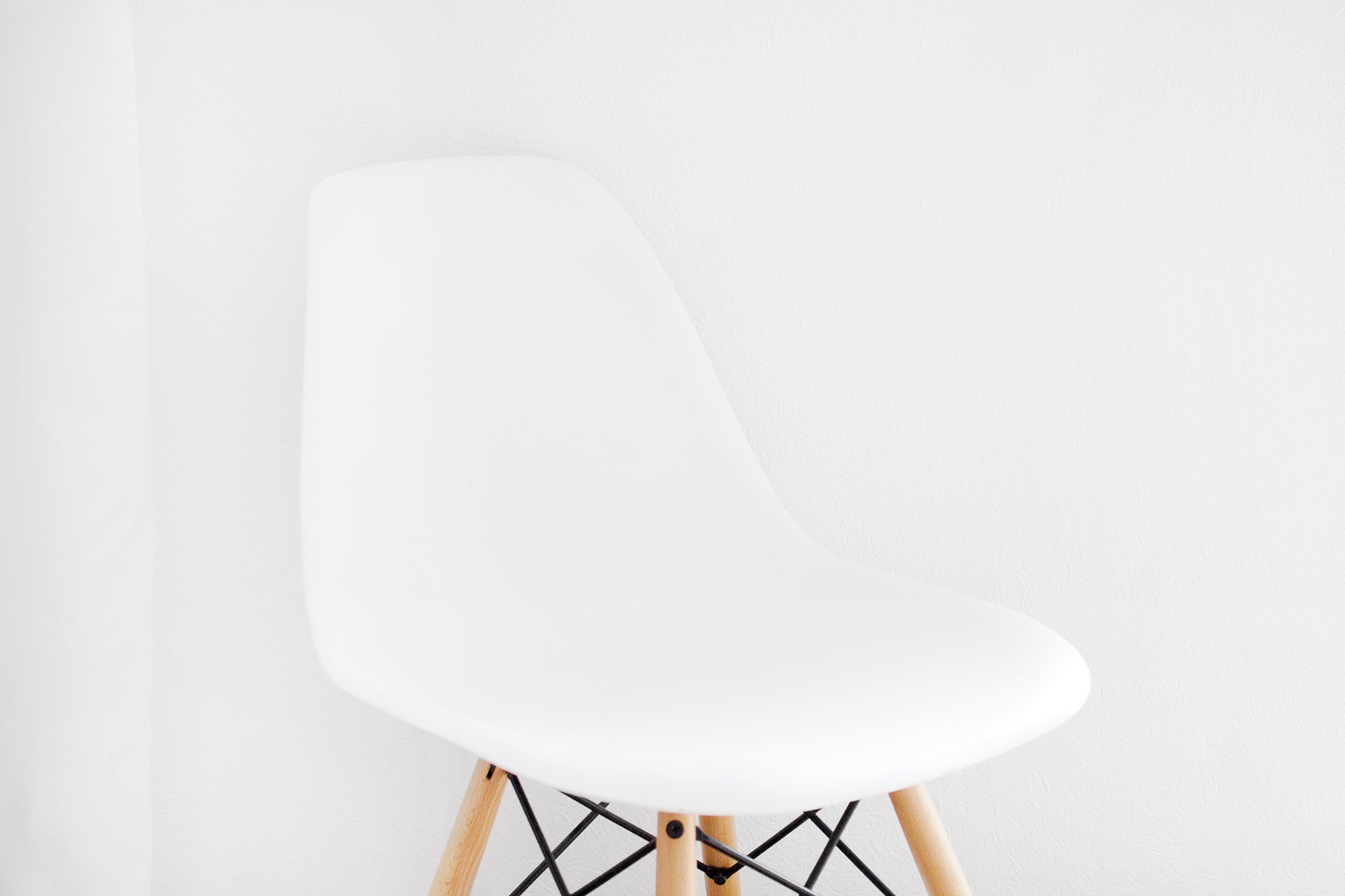6-minimal-interiors-white-eames-chair.jpg