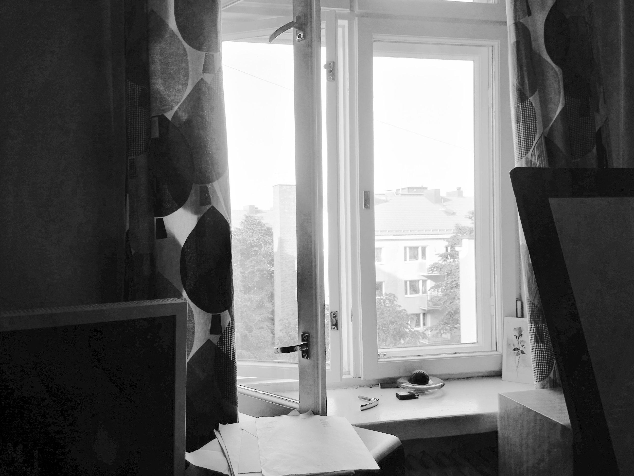 Yksi katselemassa ikkunastaan maailmaa. Jostain syntyy myös reflektio - vai puuttuuko se todella kuitenkin.