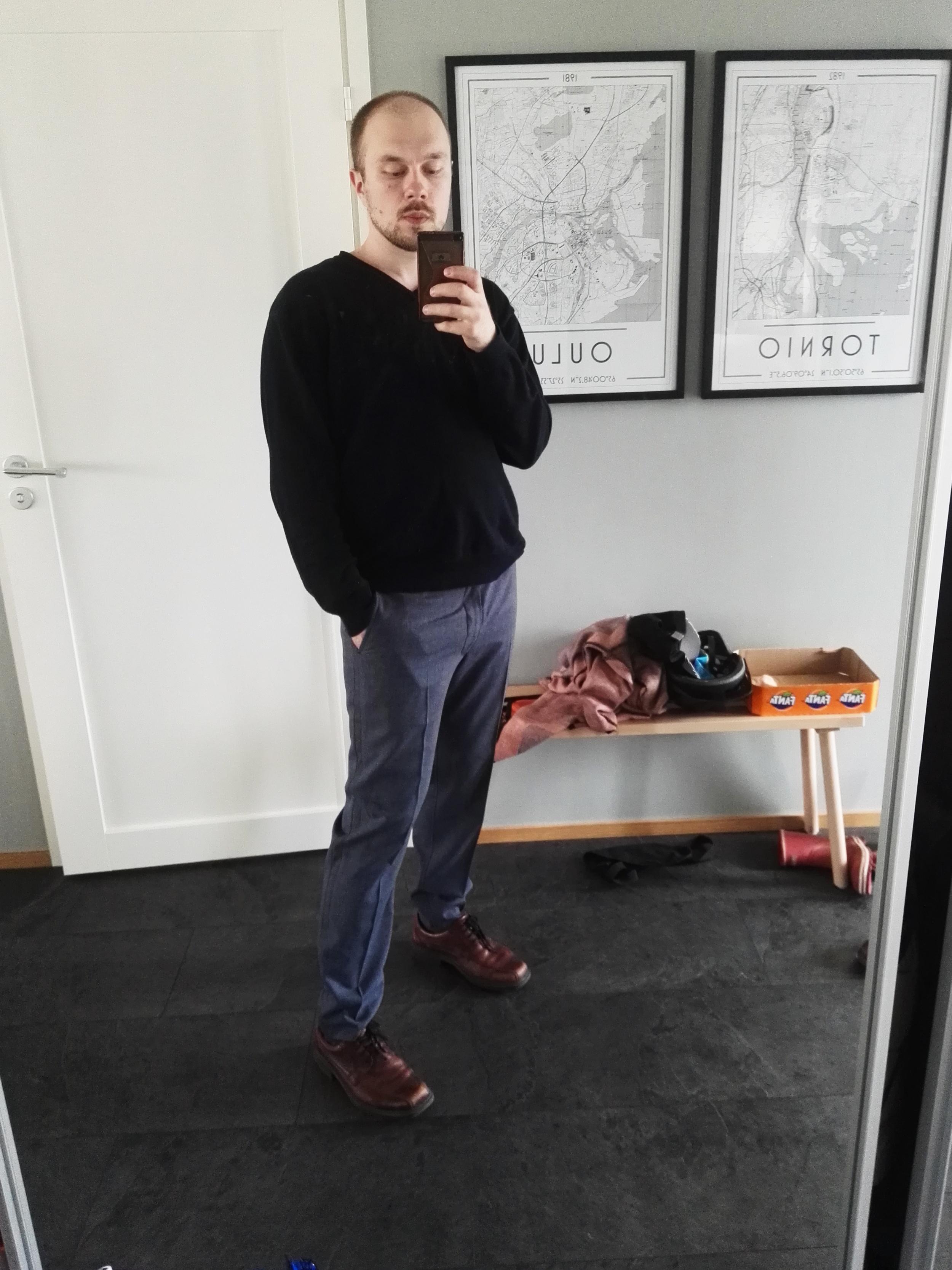 Mies (mieluisine housuineen) & peili