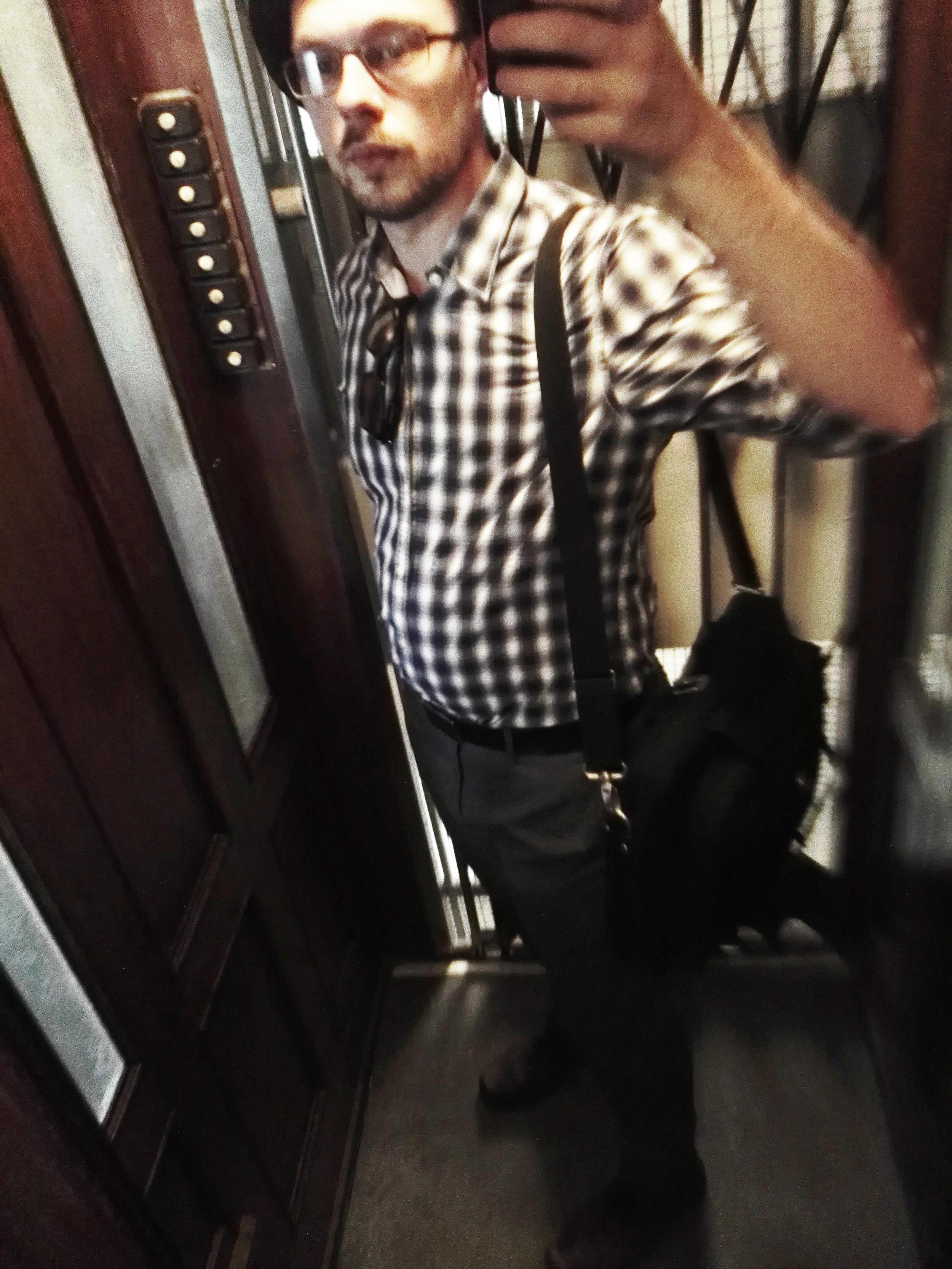 Räpsyssä Marc O'Polon:n kauluspaita, mielitietyt These Glory Days:sin housut, Eccon nahkakengät, kirppislöytöläppärilaukku, samoin hattu kirpparilta sekä oikea™ ToS:in vyö…