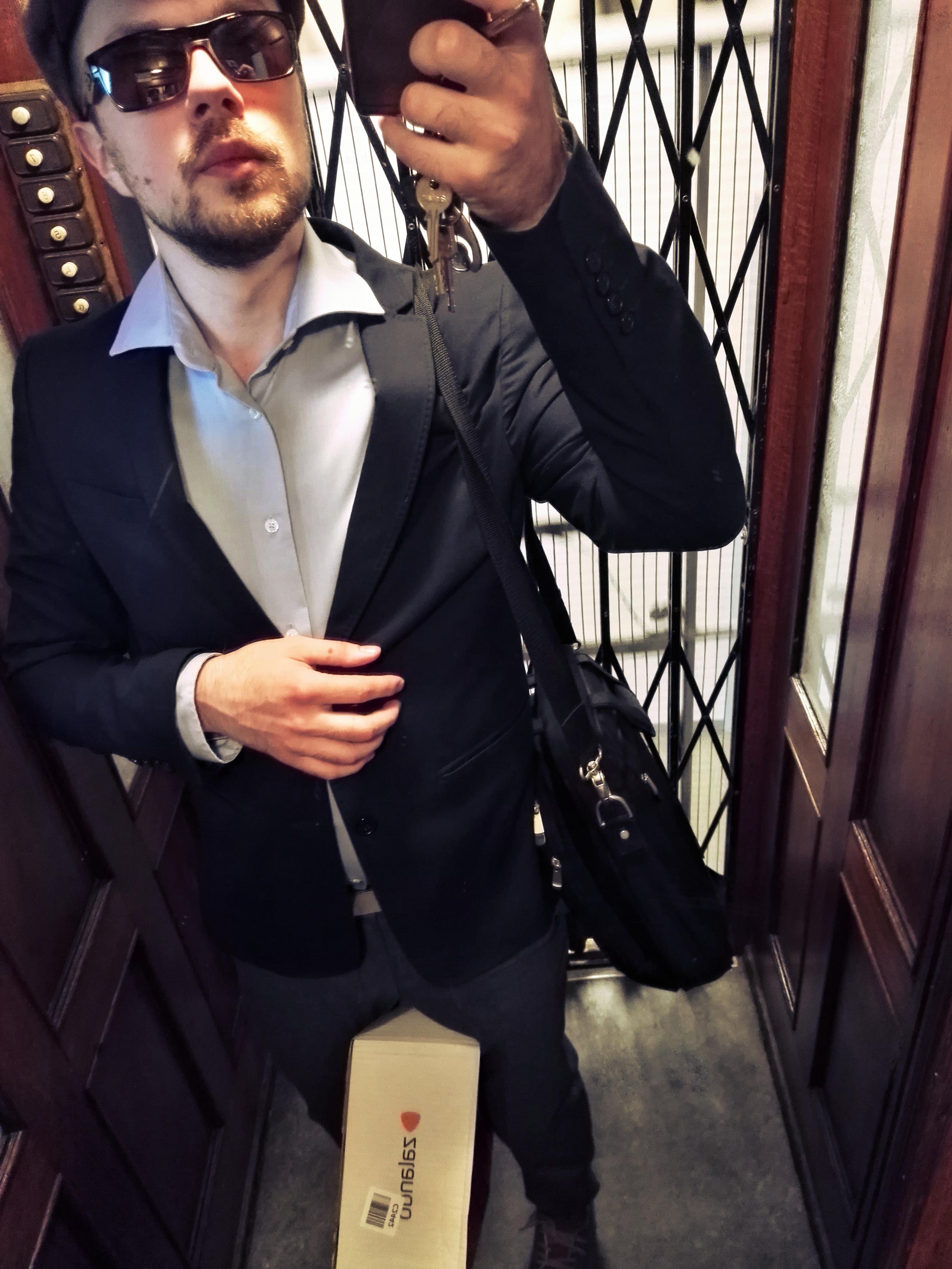Zaran pikkutakki, Stockmannin omaa merkkiä oleva kauluspaita, These Glory Daysin housut, se ToS:in nahkavyö, Zalandon postipaketti, avaimet ja läppärilaukku