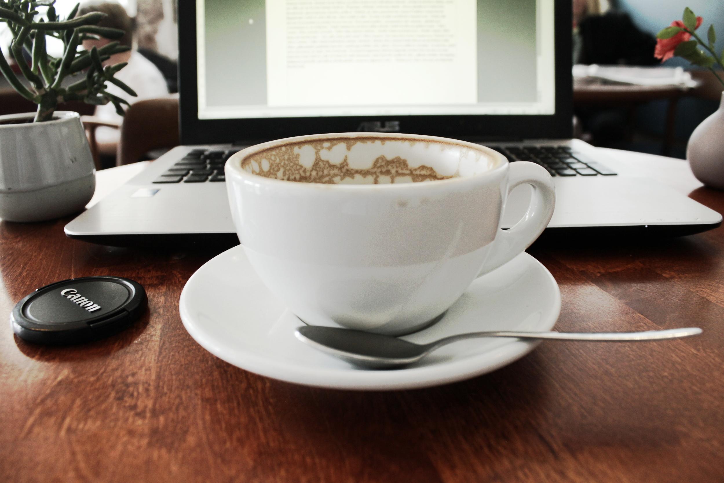 kirjailijablogi metafiktiivinen kahvikuppini sanataide päiväkirja latte huolista.JPG
