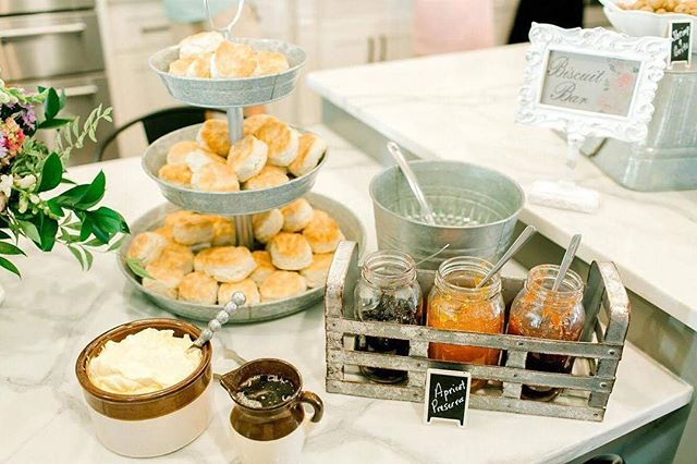 Fri-yay! What's better than a biscuit bar? We loved this baby shower set up! 🍽