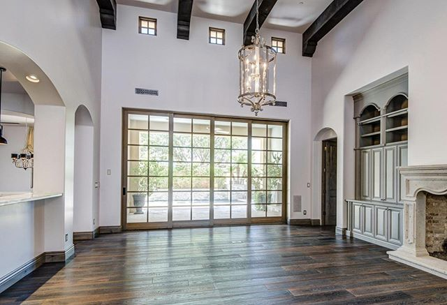 """This stunning new home in Paradise Valley's """"Paradise Reserve"""" shows window mullions are making a coming back even in pocketing glass doors. What do you think? Thumbs up or thumbs down in the comments 👇🏻 #ParadiseValleyRealEstate #ArizonaRealtor #DesignTrends"""