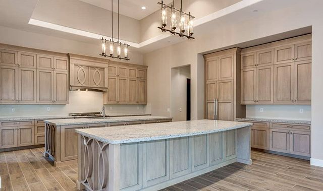 This amazing new home build overlooking @orangetreegolfcourse embraces a modern trend of light wood cabinets. Would you love these cabinets in your 🏘️? #scottsdalerealestate #azrealtor #newhomebuilds #cabinettrends