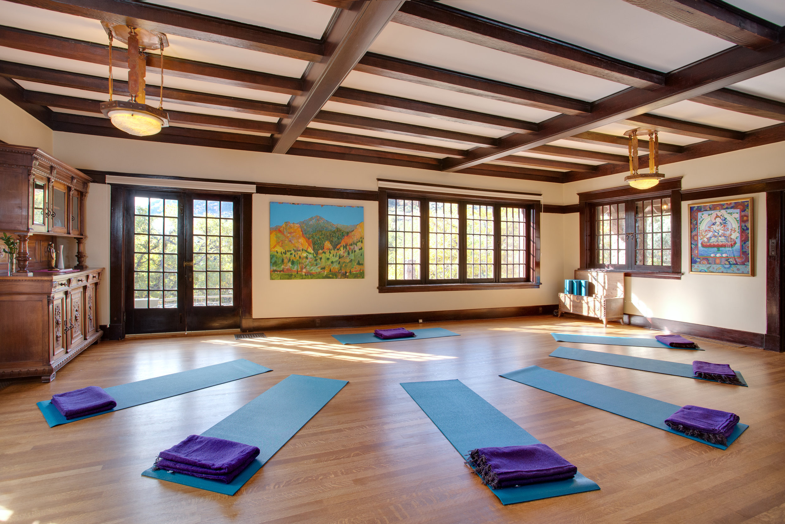 Yoga-room-at-Onaledge-3.jpg