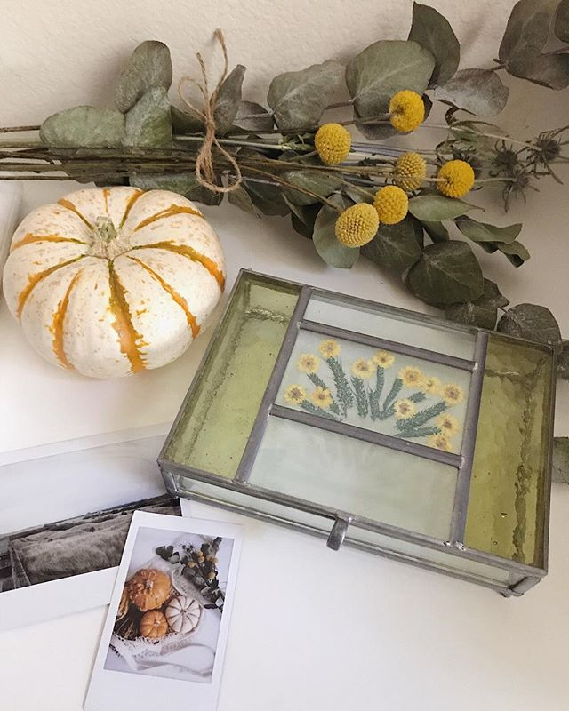 At home fall vibes 🌾🍂 featuring our pressed flower glass trinket box available on MADEFABULOUS.COM ✨ #madefabulous