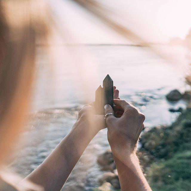 Je vous souhaite de la magie dans votre journée ✨ photo par @lehacher . . . #crystals #river #magic #magie #montreal #quebec #friends #sun #endofsummer #consciousness #conscious #tigereye #celenite