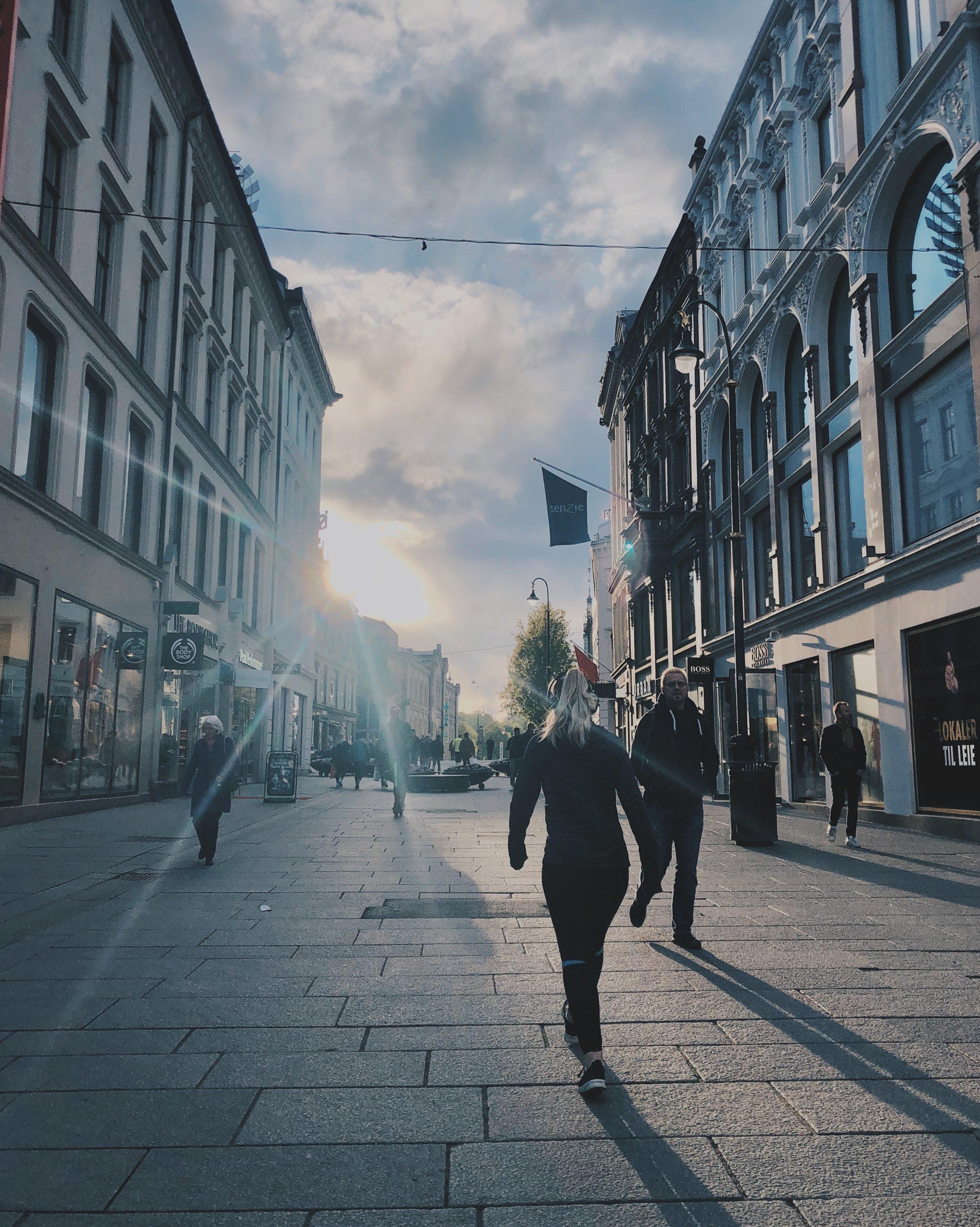 Urbant i sentrum, mye grått i denne byen men fint når solen skal ned.