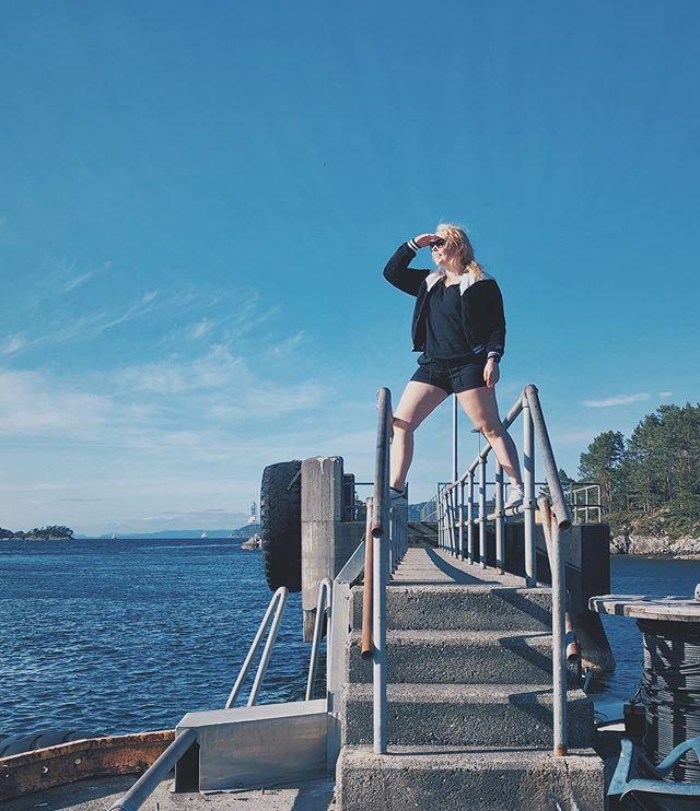 👀 «Ser du havet vest der ute?» Straks hjemme i Bergen igjen! ❤️ 2 uker ferie gjenstår, og med hele ingen planer. Dette blir spennende. • #livetsomkrølltopp #bergenby #headinghome #sommerferie #norwaygirl