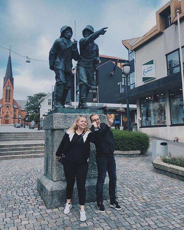 Fiskerane og oss. • #livetsomkrølltopp #fiskerane #haugesund #turistiegenby #sommerferie #statuesofinstagram