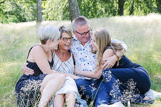 Ett litet smakprov på hur en familjefotografering kan se ut hos mig :) Behöver du också uppdatera familjebilderna på väggen där hemma, då tycker hat att vi ska boka in en dejt!  www.fotografemy.se  #fotografemy #fotografering #familjefoto #familjefotografering #kärleksfoto #syskonfoto #halmstad #Laholm #fotografhalmstad #fotograflaholm #barnfotografering #barnfoto