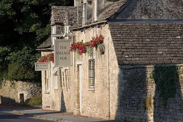 It's another beautiful day in Barnsley! ☀️🌻☀️ We will definitely be popping into @villagepub_barnsley for a drink later!  Did you have a nice weekend? ☀️🌷🐝We hope are current guests are having the best time and enjoying the local area  #cotswolds #barnsley #greyhoundbarn #getaway #ukbreaks #convertedbarn #familybreak #holidaylet #ukholidaylet #cirencester #cotswoldsbreak #gloucestershire