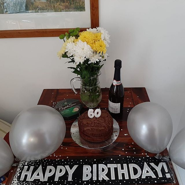 This lovely display was made up by one of the team here at Greyhound for our current guests 🌟🙌🏻🍾 We like to go the extra mile where we can to ensure you have the best stay!  Have a special request? Or an occasion you are celebrating whilst you are away? Let us know 📧 and we will try our best to accommodate it ☺️ #goingtheextramile #dogfriendly #cotswolds #barnsley #greyhoundbarn #getaway #ukbreaks #convertedbarn #familybreak #holidaylet #ukholidaylet #cirencester #cotswoldsbreak #gloucestershire