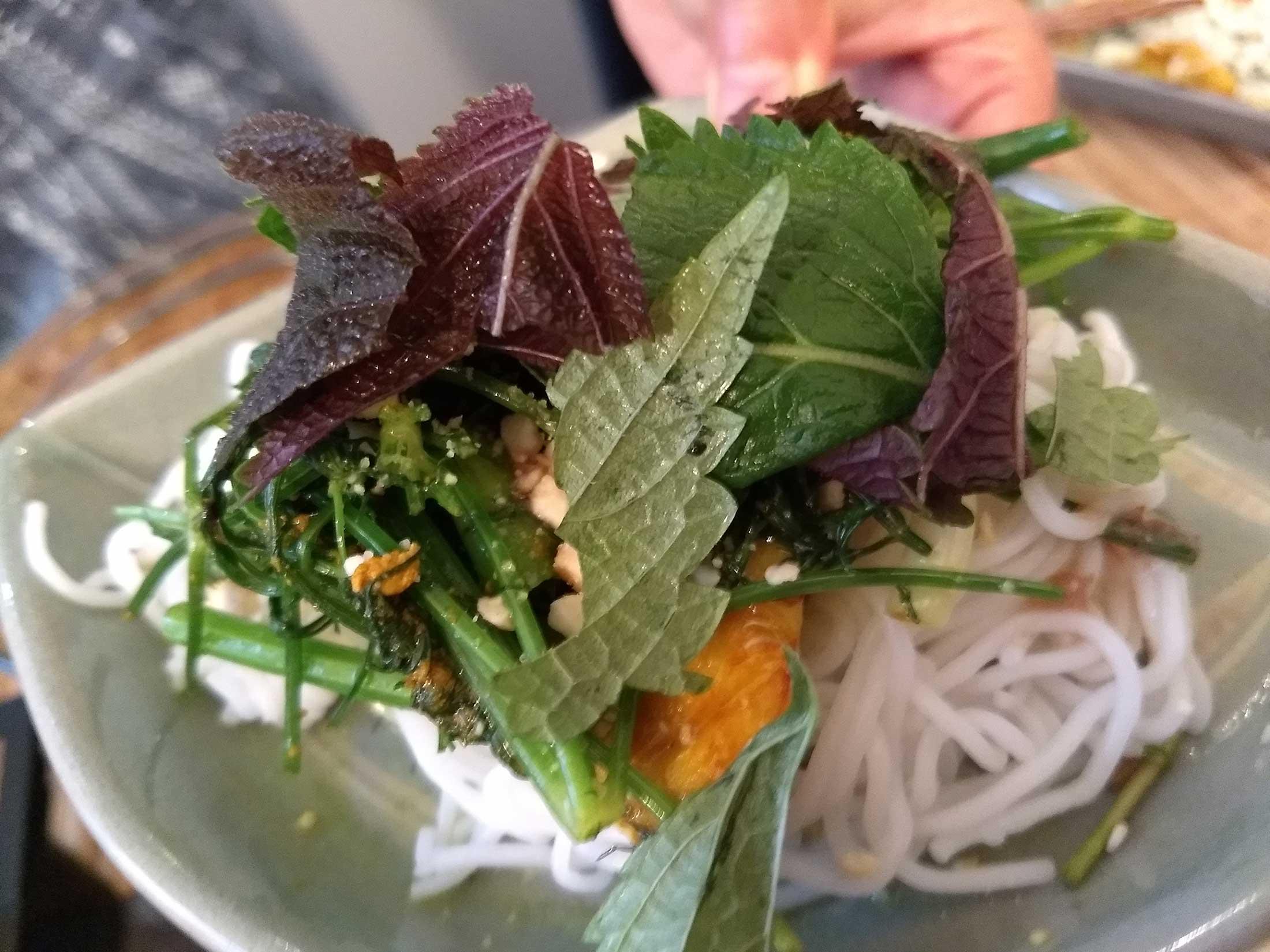 vietnamese-herbs-fish_190742649.jpg