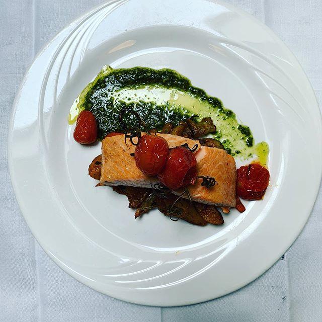 Deze week zalm uit de oven met Italiaanse pesto , gekonfijte tomaatjes en roerbak groenten