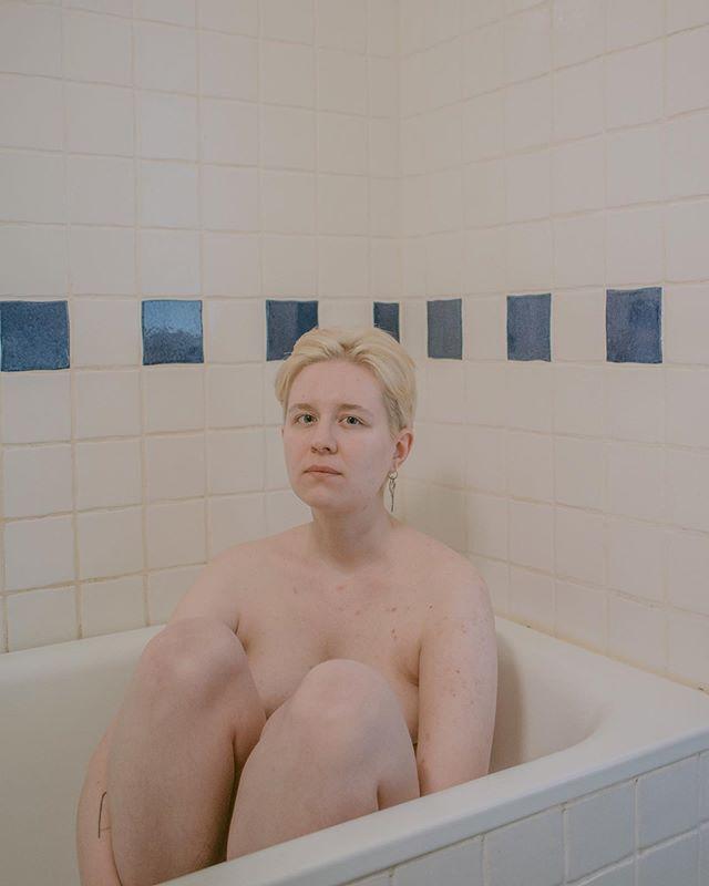 """""""Masculinity (also called manhood or manliness) is a set of attributes, behaviors, and roles associated with boys and men"""" - Wikipedia """"Olen Tarina Tommiska, 26-vuotias helsinkiläinen visuaalinen suunnittelija ja valokuvaaja. Oma sukupuolikokemukseni ei ole binäärinen, enkä koe olevani liiemmin feminiininen saati maskuliininen. Siksi tutkin kuvasarjassani maskuliinista identiteettiä, sen ilmenemistä ja toteuttamista, kehollisuutta ja kehonmuokkausta."""" @tommiskainen"""