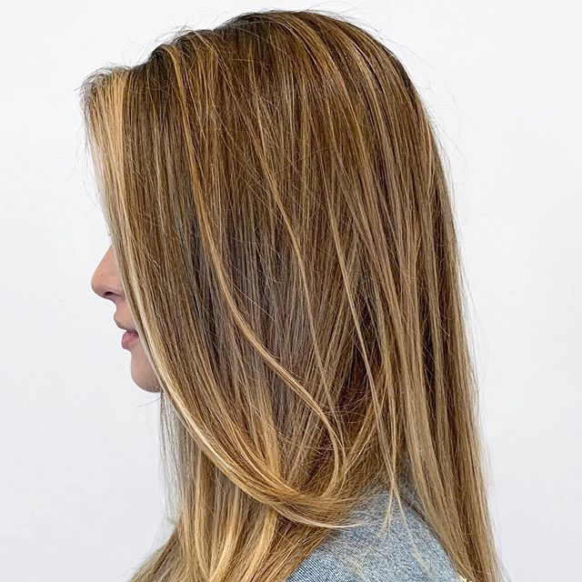 EFFORTLESS color by @ongelehebert . . . #foilayage #houstonsalon #houstonhair #htx #huesalon #montrose #beautyinspo #behindthechair #hair #highlights #brunette #longhair