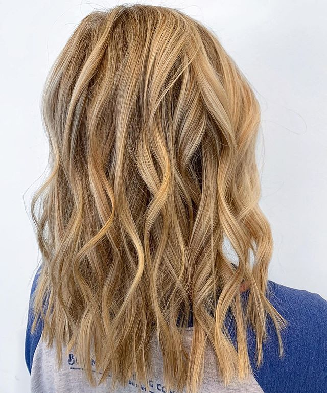 DIMENSION  by @catjdoeshair . . . #blonde #highlights #foils #framar #lorealprous #wavyhair #huesalon #houstonsalon #montrose #beautyinspo #behindthechair #montrosesalon #hair #hairlove
