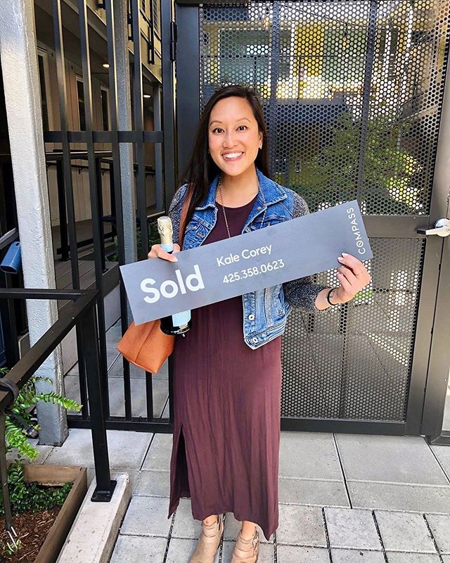 #Cheers Rowena, and welcome to @edisoncaphill! Bravo Edison agent Kale Corey for helping Rowena discover the sweet side of urban living. #FirstHome #SummersOnTheHill #LoveSeattle #EdisonCapHill ⠀⠀⠀⠀⠀⠀⠀⠀ Are you ready to #OwnIt? Open daily Noon-6pm. 206.357.3015. From the high $300Ks. Live12John.com 📸: @kalecorey