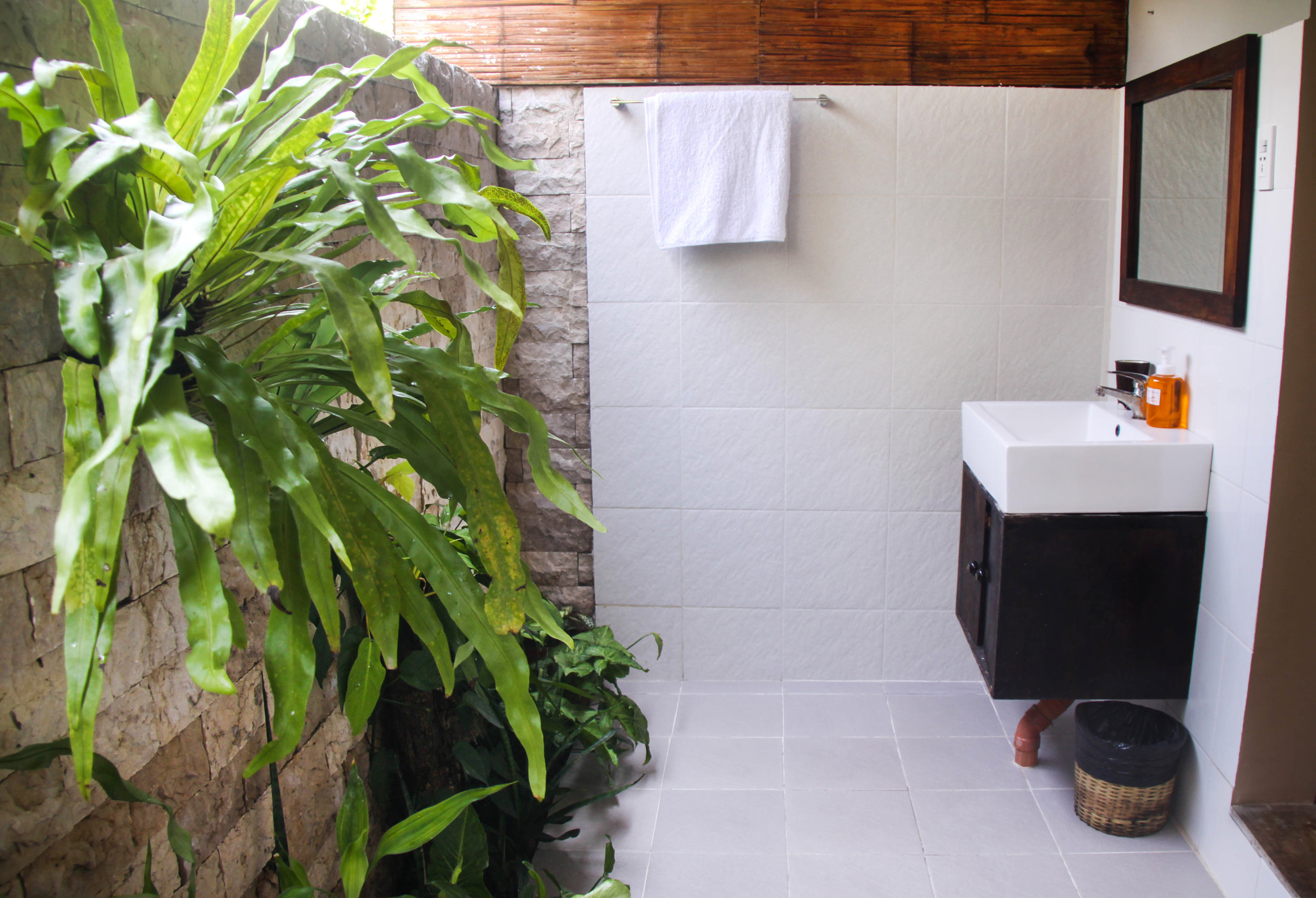 pool side king bathroom..jpg