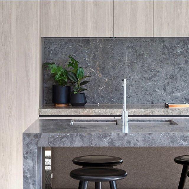 Kitchen done right! ✔️ @indwell_  #styledbycooperrobinson #propertystyling #kitchendetails #interiorstyling #southyarra Luxury property @marshallwhiterealestate @marcus.chiminello @nicolefrenchagent  Stylist @stephaniehaddonstylist 👏🏻👏🏻👏🏻