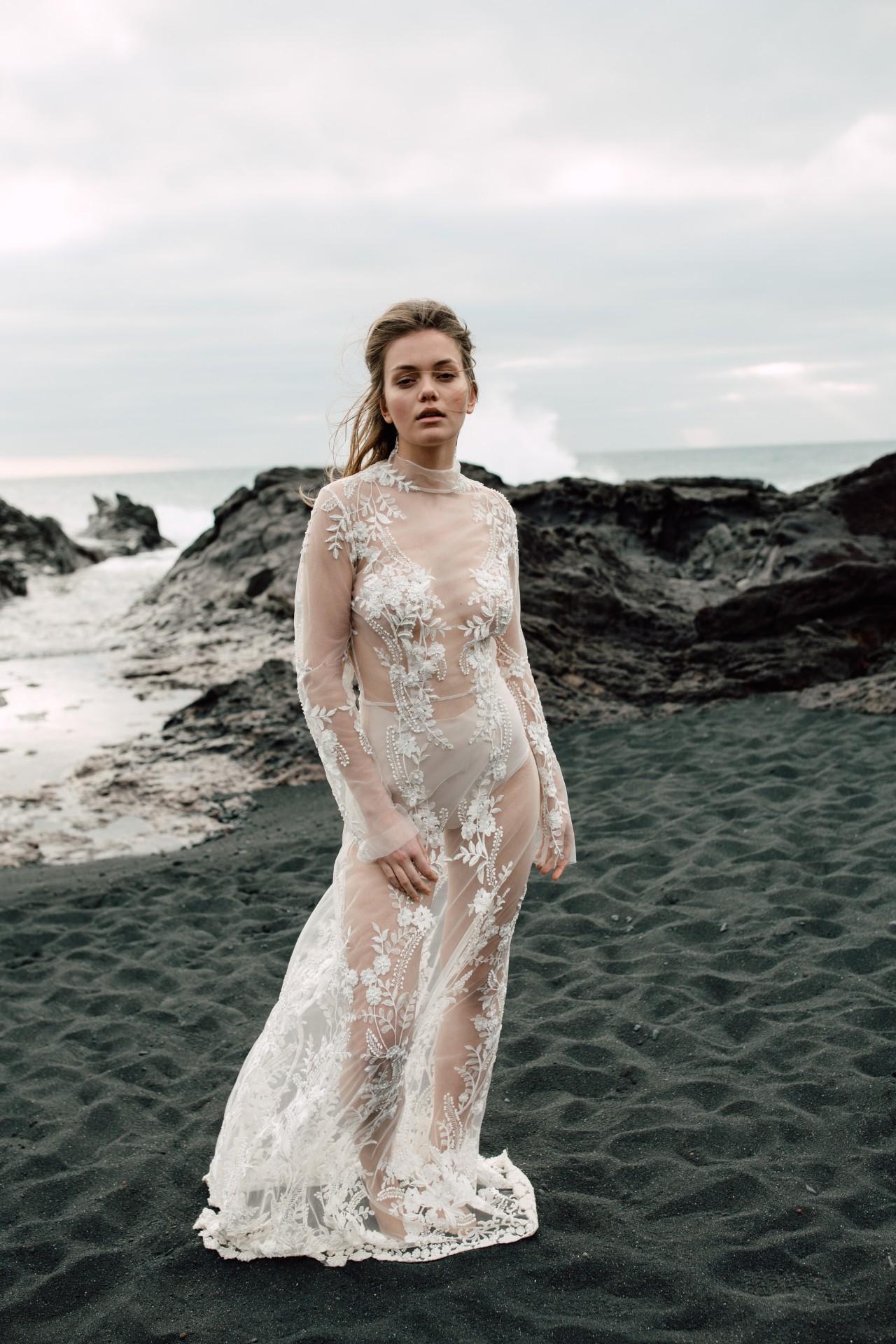ALYSHA DRESS - Aufwändig von Hand besticktes Kleid mit Perlen. Stehkragen. Lange Ärmel. Knopfleiste in der hinteren Mitte. Futter aus Seide in ivory oder nude im Preis inbegriffen.Material: 100% PES / 100% SE4.760 €