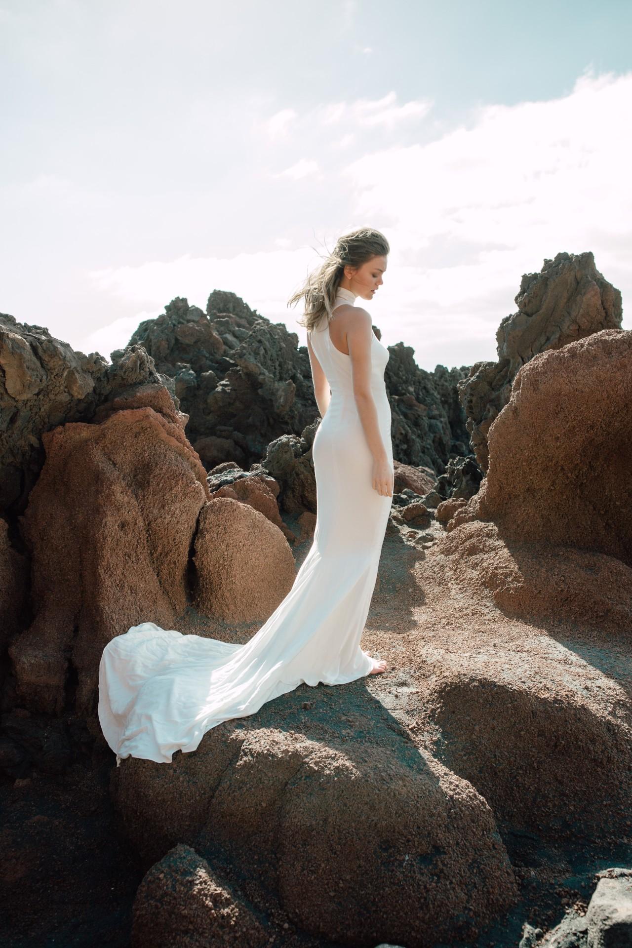 DROP DRESS - Langes, ärmelloses Kleid in Mermaid-Silhouette. Ringerneck mit Stehkragen. Schleppe. Reißverschluss in der hinteren Mitte.Material: 100% CV1995 €auch erhältlich aus 100% Seide:3.150 €