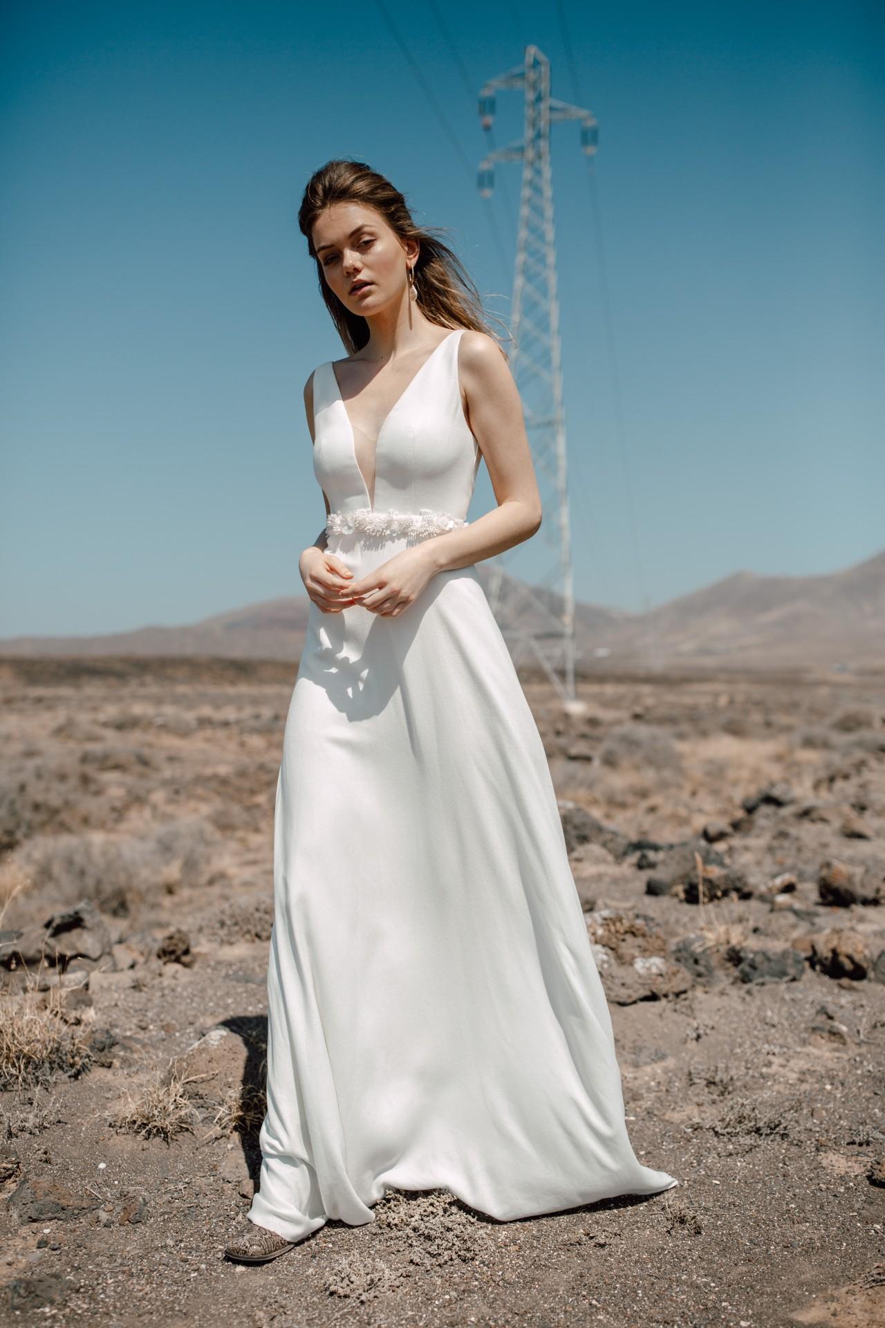 FAYA DRESS - Langes A-Linien Kleid mit V-Ausschnitt. Transparenter Tülleinsatz am Ausschnitt. Reißverschluss in der hinteren Mitte.Material: 100% CV1.750 €ohne Gürtel