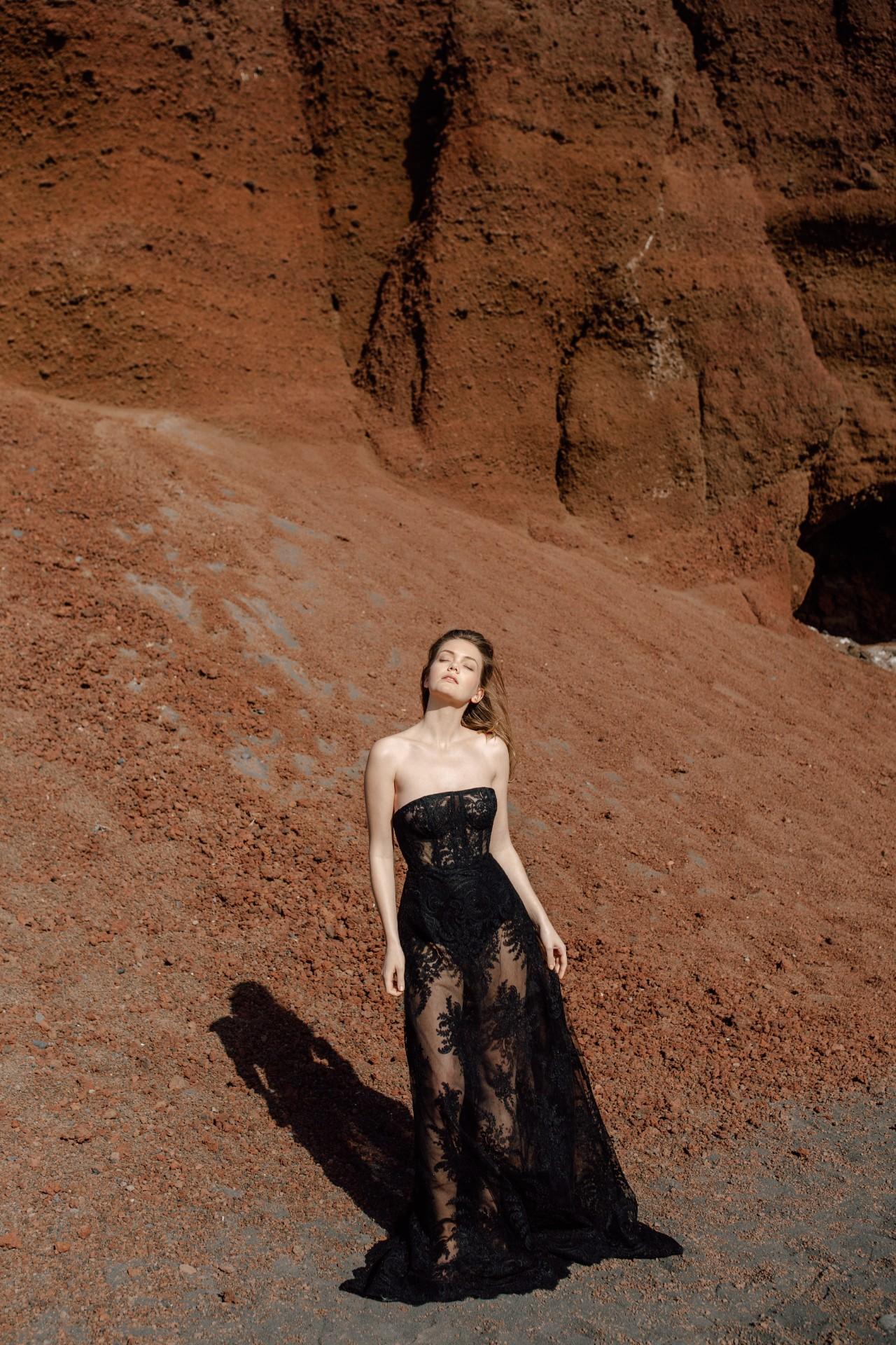 NIGHTCALL DRESS - Langes A-Linien Kleid aus Kordelspitze. Korsagenoberteil mit Stäbchen. Futter aus Seide (Rock) im Preis inbegriffen.Material: 72% NYL 28% PES / 100% SE3.250 €auch in ivory erhältlich.