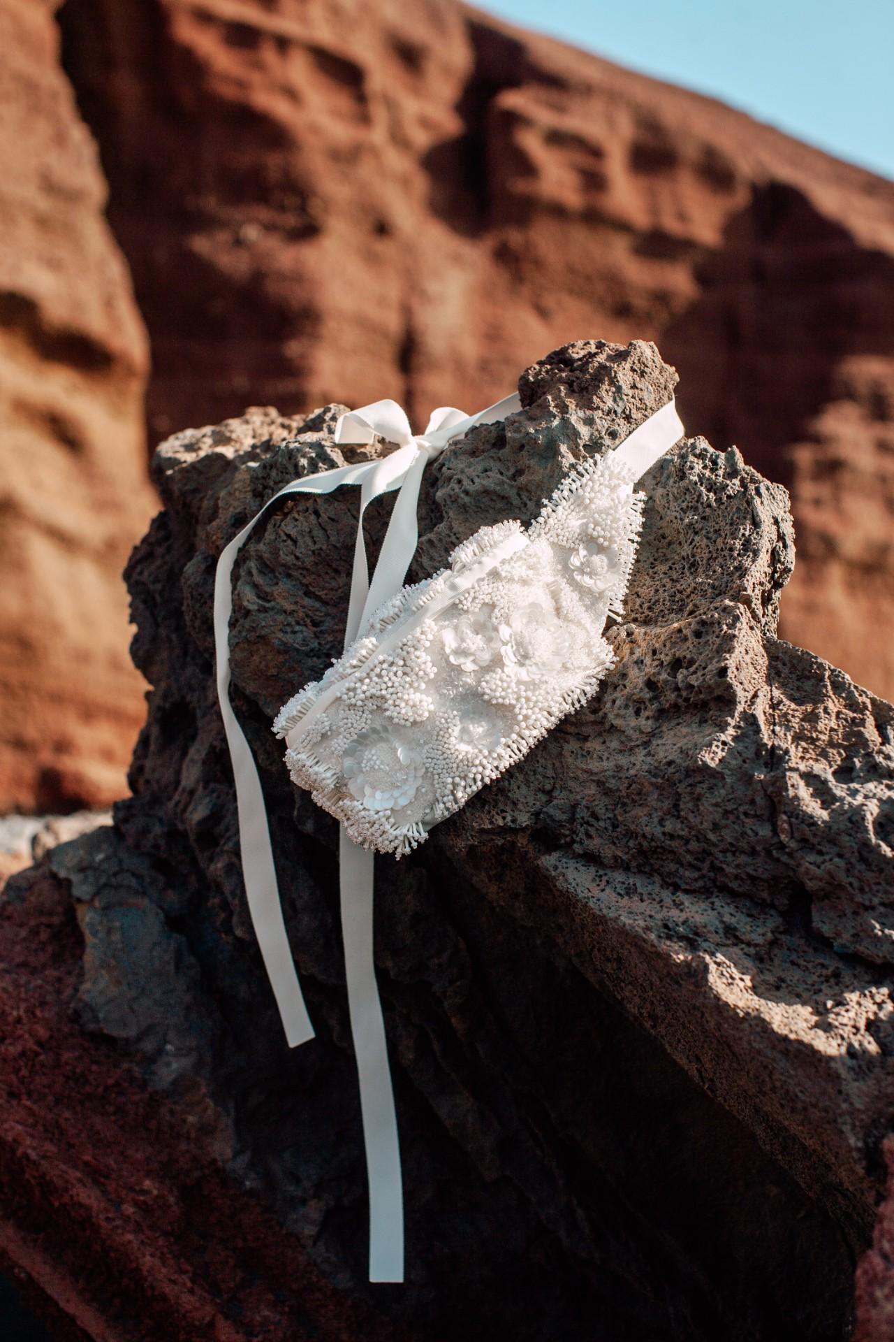 REEF BAG - Gürteltasche mit handgearbeiteter Perlenstickerei und Seidenfutter.Material: 100% PES / 100% SE987 €auch in schwarz erhältlich.
